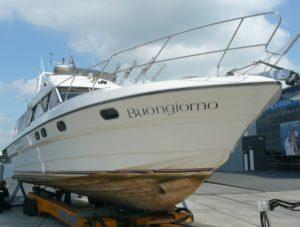 Osmose onderzoek, en onderwaterschip inspectie van een polyester motorboot