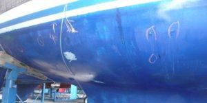 Osmoseonderzoek van een zeilboot met blazen op het onderwaterschip.
