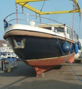 aankoopinspectie-van-een-motorjacht-onderwaterschipinspectie-taxatie-waardebepaling_555x600