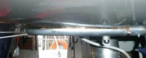 Doorgezakt dek van een polyester zeiljacht bij de mast ondersteuning.