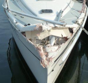 Aanvaringsschade aan een zeiljacht. zware schade aan de boeg.