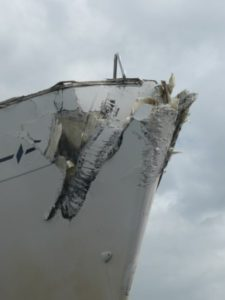 Aanvarings schade aan de boeg van een zeiljacht.